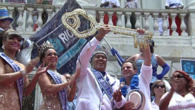 Con un decreto de alegria y la entrega simbolica de las llaves de la ciudad el rey Momo declaro abierto este viernes el carnaval de Rio de Janeiro el...
