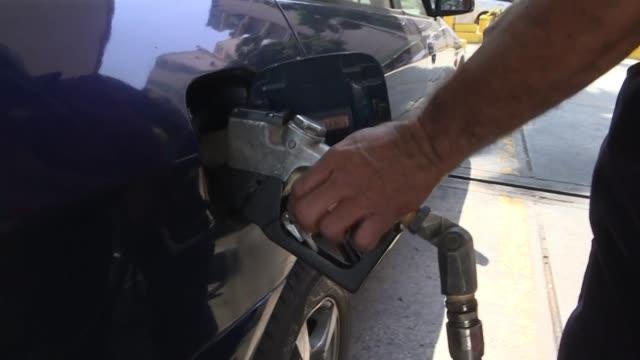con un dolar se puede comprar el contenido de 14600 camiones de gasolina en venezuela en la otrora potencia petrolera la hiperinflacion y el... - gasolina stock videos & royalty-free footage