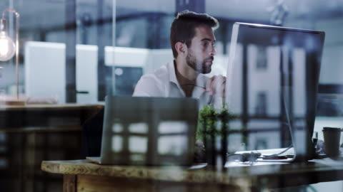 koncentrera sig på arbetet och få produktiva - skrivbord bildbanksvideor och videomaterial från bakom kulisserna