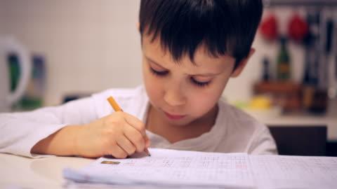 家で宿題をして集中している少年 - study点の映像素材/bロール