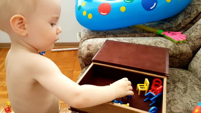vídeos de stock, filmes e b-roll de concentrado garoto jogando sozinho com brinquedos - só um bebê menino