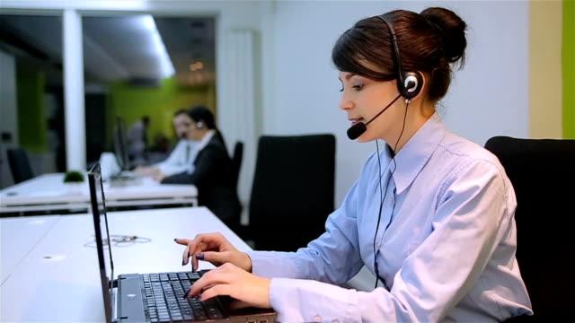 vídeos y material grabado en eventos de stock de operador de contestar una llamada en la oficina se concentró - centro de llamadas