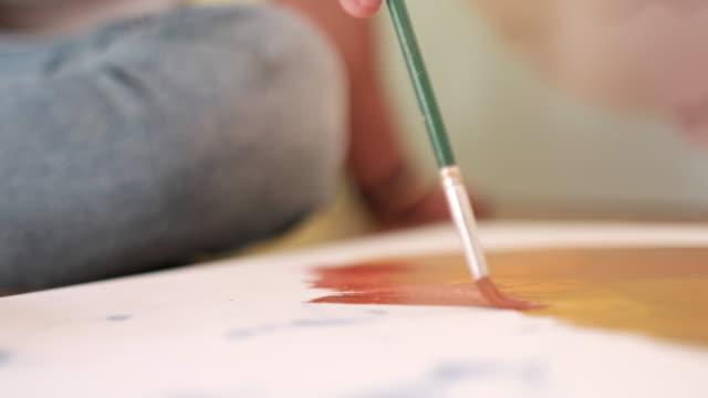 vídeos de stock, filmes e b-roll de concentrado pintor trabalhando em seu estúdio - painter artist