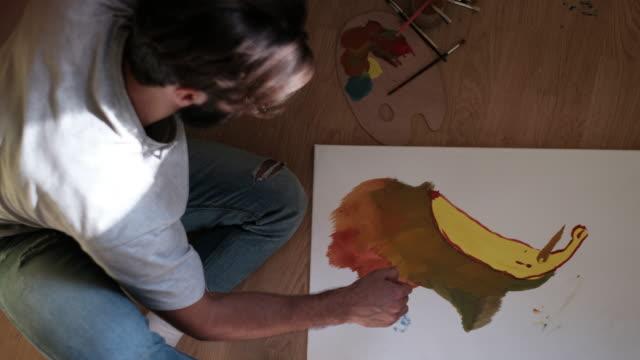 vídeos de stock e filmes b-roll de concentrated painter working at his studio - ocupação artística