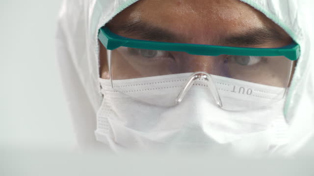 集中科学者が働く - 身体保護用品点の映像素材/bロール