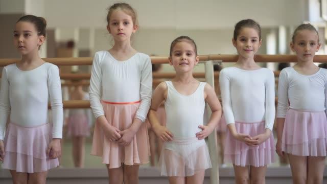 濃縮若いバレリーナ - バレエ練習用バー点の映像素材/bロール