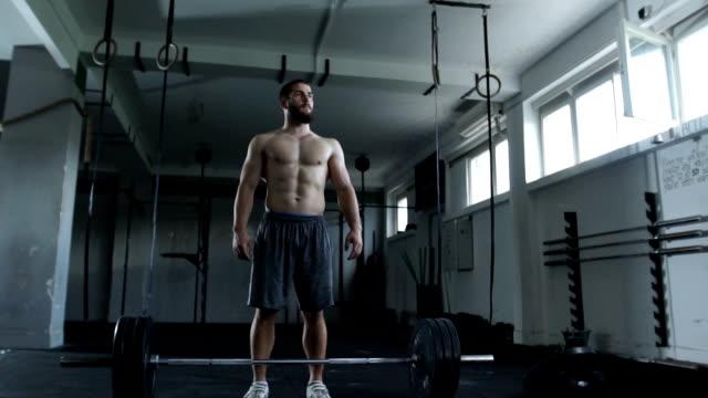 vidéos et rushes de concentration de avant l'entraînement - seulement des jeunes hommes
