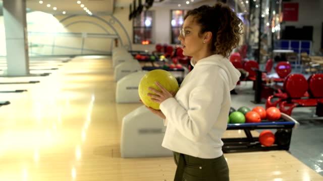 集中, ボーリングの準備をする若い女性 - ボーリング点の映像素材/bロール