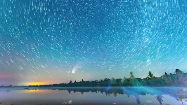 konzentrische bewegungssterne und komet neowise bei torrance barrens dark-sky preserve, gravenhurst, kanada - ufo stock-videos und b-roll-filmmaterial