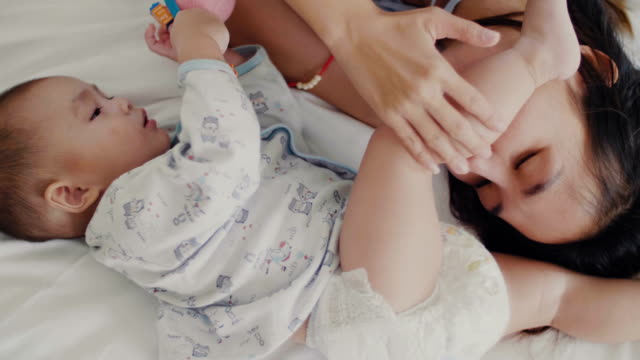 vidéos et rushes de concept d'amour et de famille. le pied mère embrassant son bébé - doigt humain