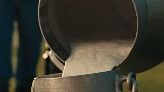 slo mo 地元の農家から牛乳を購入するコンセプチュアルショット - 乳搾り点の映像素材/bロール