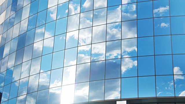 コーポレートビルにおけるガラス窓の概念図空,雲,太陽の反射 - 建物の正面点の映像素材/bロール