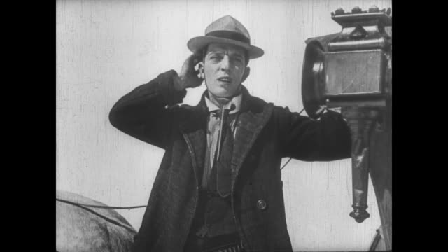 vidéos et rushes de 1922 concerned man (buster keaton) tipped into snow by overweight carriage passenger - voiture hippomobile