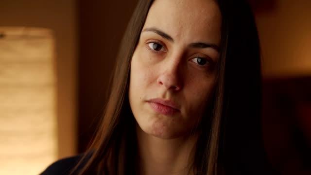 giovane donna preoccupata - serio video stock e b–roll