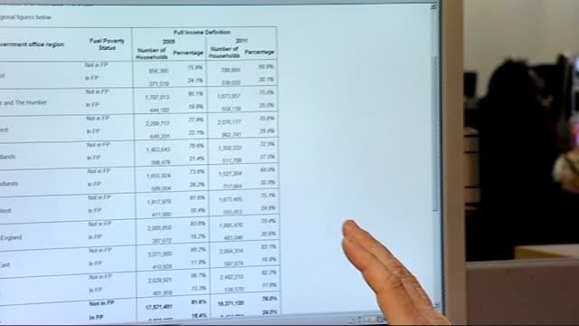 london gir reporter talking to adam scorer figures on computer screen showing numbers on fuel poverty figures on screen adam scorer interview sot... - ギールフォーレスト国立公園点の映像素材/bロール