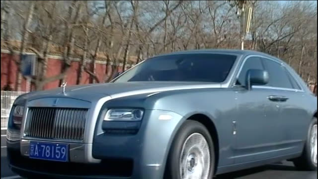 concerns that boom in british car industry may not be sustainable; tx 14.2.2011 china: beijing: ext tracking shots of brand new rolls-royce car... - ロールスロイス点の映像素材/bロール