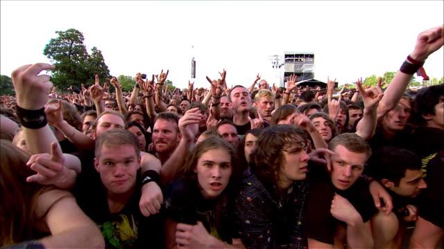 vídeos de stock, filmes e b-roll de m/s ext concert crowd day - jogando se na multidão