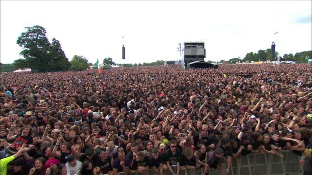 vídeos de stock, filmes e b-roll de w/s ext concert crowd day - jogando se na multidão
