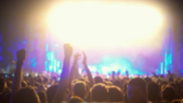 konzert-publikum unscharf gestellt. - popmusiker stock-videos und b-roll-filmmaterial