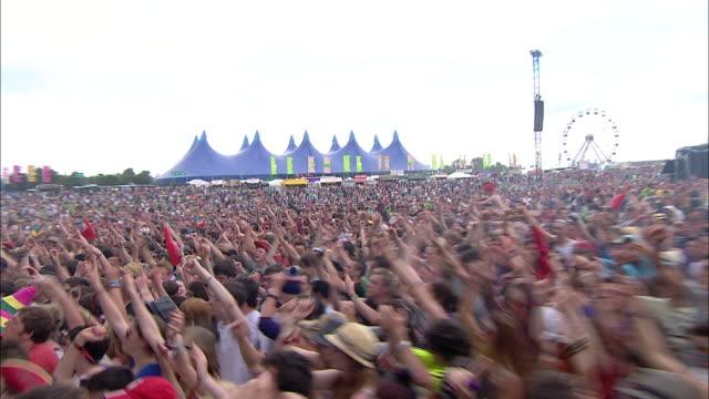 vídeos de stock, filmes e b-roll de w/s ext concert crowd festival day jumping - jogando se na multidão