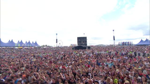 vídeos de stock, filmes e b-roll de m/s ext concert crowd festival day jumping - jogando se na multidão