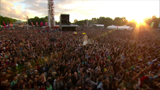 w/s ext concert crowd festival day sunset   - popular music concert stock videos & royalty-free footage