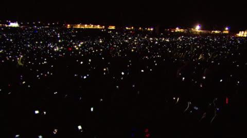 vídeos y material grabado en eventos de stock de w/s ext concert crowd night phones light up - pantalla de cristal líquido