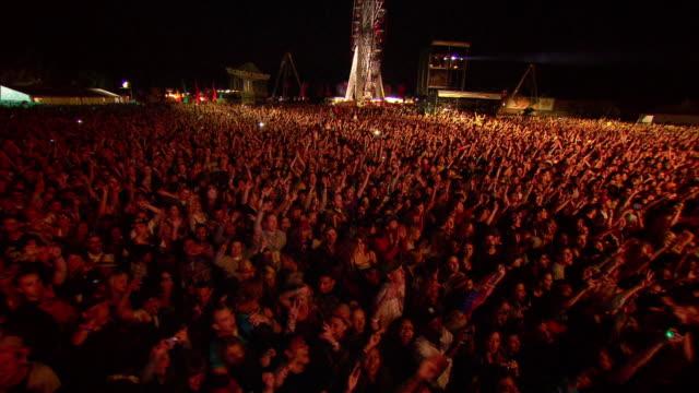 w/s ext concert crowd night - suchscheinwerfer stock-videos und b-roll-filmmaterial