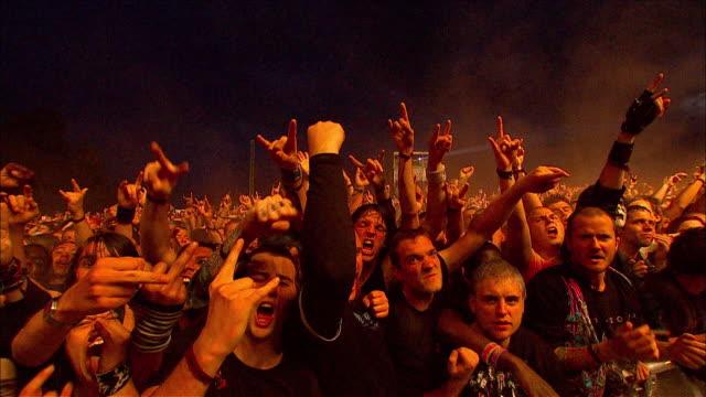 stockvideo's en b-roll-footage met w/s ext concert crowd night - rocking