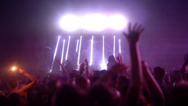 vídeos de stock, filmes e b-roll de multidão de concerto festejando, 4k. - atrás