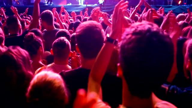 vídeos y material grabado en eventos de stock de multitud de conciertos. - detrás