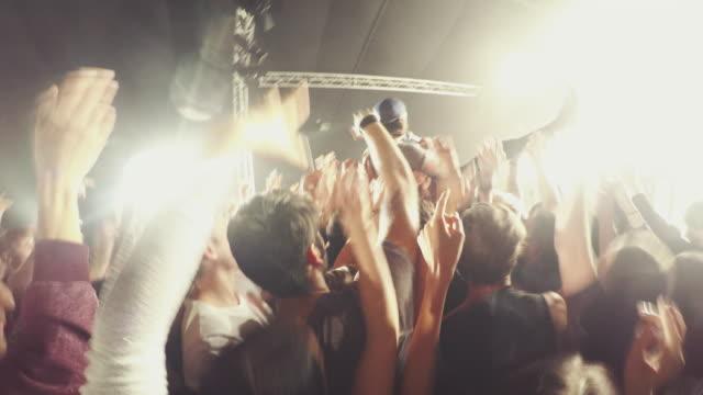 vídeos de stock, filmes e b-roll de multidão de concerto - jogando se na multidão