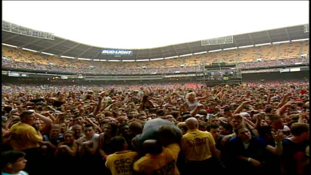 vídeos y material grabado en eventos de stock de concert goers at hfstival - estadio rfk