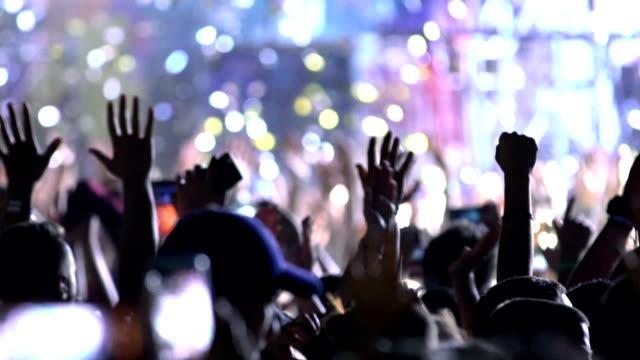 vídeos de stock e filmes b-roll de concert party applause. - cultura jovem