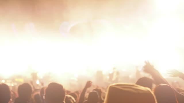 コンサートステージホール音楽祭群衆音楽エンターテイメントナイトライフスタイルスタジアムパーティーダンスコンサートステージライトとフレア - ファン点の映像素材/bロール