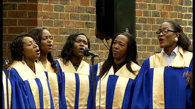 stockvideo's en b-roll-footage met concert to remember drummer lee rigby england london woolwich ext **music heard sot** gospel choir singing - gospelmuziek