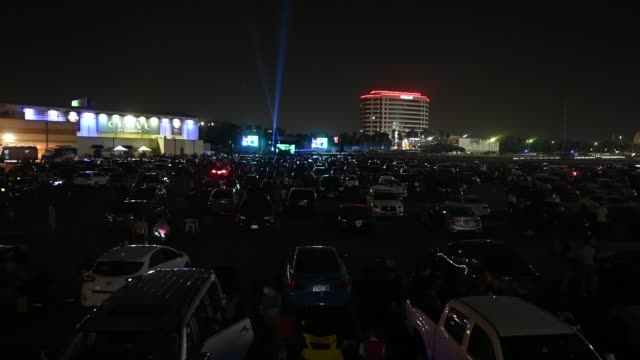 vidéos et rushes de concertgoers attend the gareth emery drive-in concert at city national grove of anaheim at city national grove of anaheim on september 18, 2020 in... - zone boisée