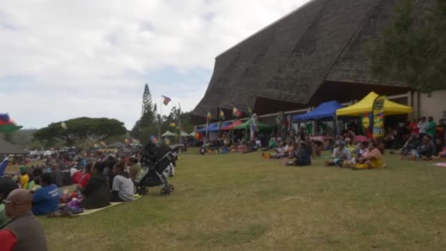 stockvideo's en b-roll-footage met concerts, flags, dances - pro-independence activits hold their last campaign meeting in noumea before new caledonia, a remote island territory... - franse overzeese gebieden