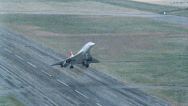 vídeos de stock e filmes b-roll de 1981 ts concorde taking off from heathrow runway / london, england, united kingdom - 1981