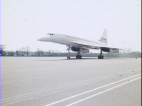 vídeos y material grabado en eventos de stock de concorde taxis along runway during its maiden flight man walks into shot fairford raf station 09 apr 69 - 1960 1969