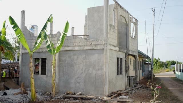 vidéos et rushes de a concrete building destroyed by a typhoon - parpaing