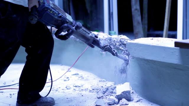 vídeos de stock e filmes b-roll de betão arruinado com um furador pneumático elétrica - buraco