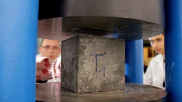 vídeos de stock, filmes e b-roll de concrete stress test - tijolo material de construção