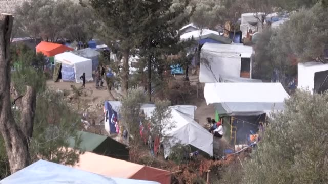 vídeos de stock e filmes b-roll de conditions remain difficult in the overcrowded camp of samos built to handle 650 people the camp and surrounding are now hosting some 6800 people... - samos