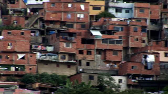 vídeos de stock, filmes e b-roll de condomínios nos bairros degradados onde surgem na venezuela - pobreza questão social