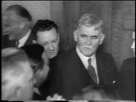vidéos et rushes de condon men entering courtroom at lindbergh kidnapping trial / flemington nj / newsreel - 1935