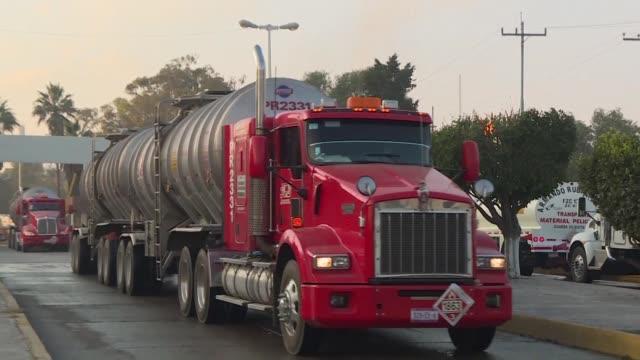 conducir un camion cisterna con miles de litros de combustible es un trabajo de alto riesgo en mexico desde que empezo un desabastecimiento de... - gasolina stock videos & royalty-free footage