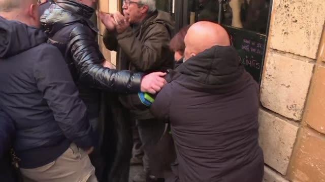 stockvideo's en b-roll-footage met conductores de taxi y vendedores callejeros se enfrentaron con la policia italiana el martes durante una protesta en roma en contra de la legislacion... - transporte
