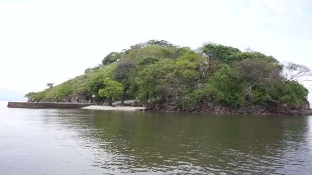 conejo un islote rocoso que flota en el pacifico de escasa vegetacion vigilado por soldados hondurenos armados con fusiles mantiene vivos remotos... - guerra del pacifico video stock e b–roll