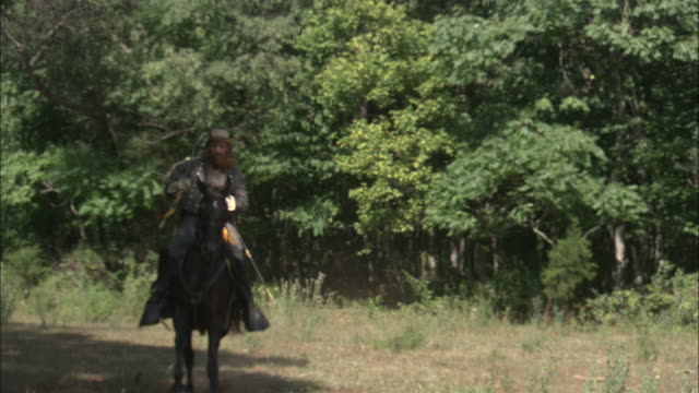 confederate general jeb stuart rides his horse through a clearing. - guerra civile video stock e b–roll